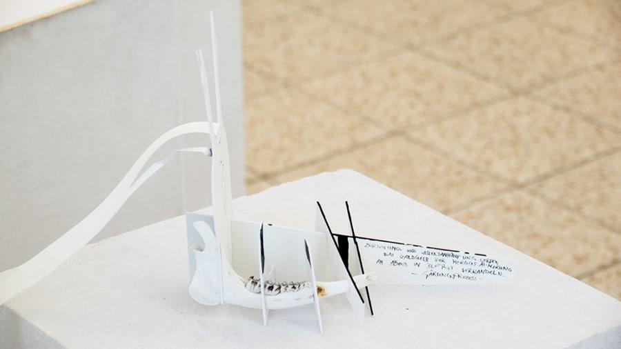 MS04 Zerteilung und Wissensanhäufung werden das Gold 35 × 12 × 23 cm Karton / Knochen / Papier / Tusche 2013