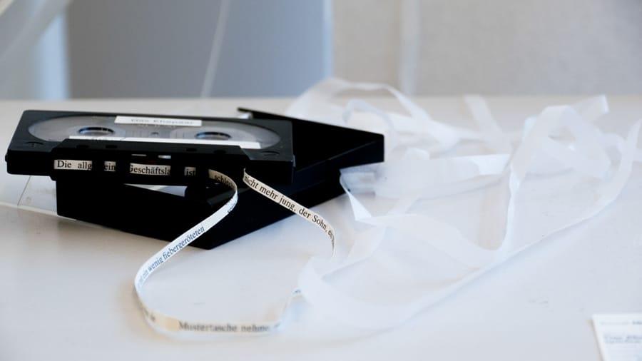 MS13 Das Ehepaar oder – Aufnehmen ist Abspielen (Tautologie) 20 × 20 × 4 cm Kassette (ohne Magnetband) / Papier / Tusche 2013