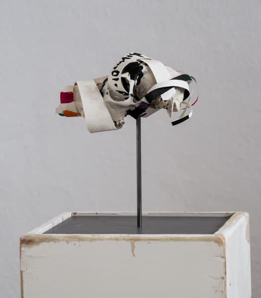 SiL15 Nicht von Dauer ca. 17 × 10 × 9 cm Knochen / Papier / Graphit / Tusche / Text 2013 4 Knochen – Stein – Papier